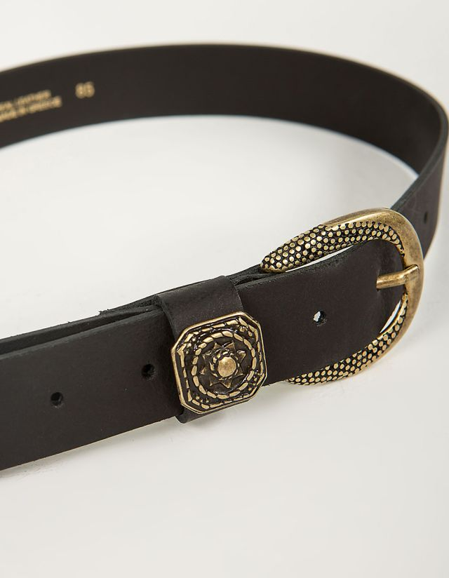 LEATHER BELT WITH METALLIC DETAILS