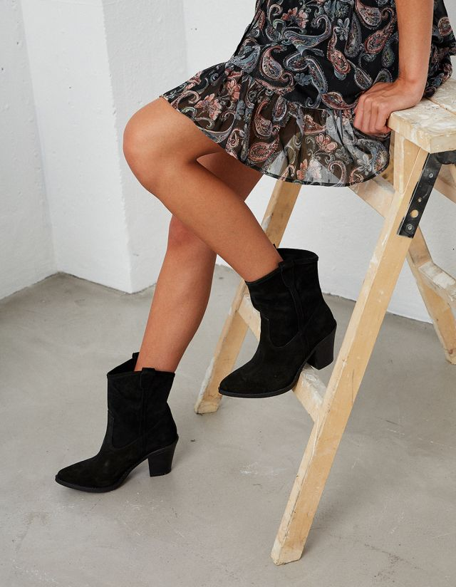 SUEDE BOOTS WITH COWBOY HEELS