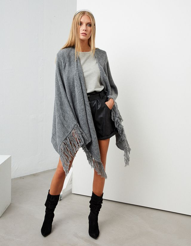 KNITTED CAPE WITH FRINGES