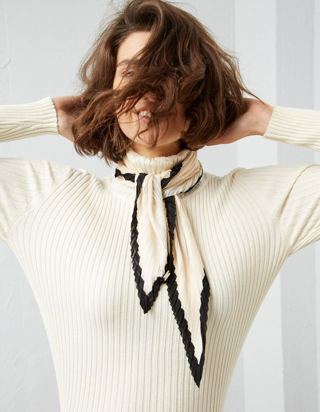 PLEATED SCARF WITH CONTRAST