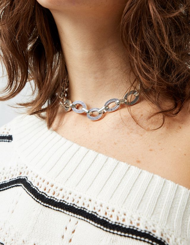 SHORT NECKLACE WITH EMBOSSED DESIGN