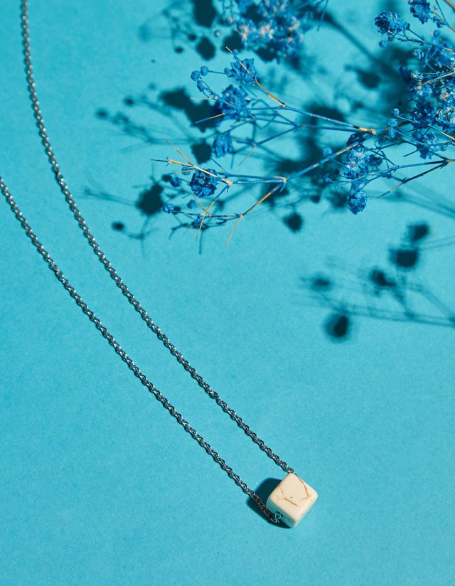 NECKLACE WITH CUBE