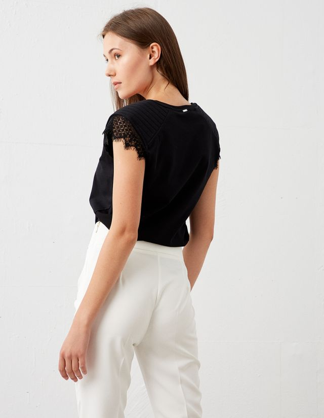 TOP WITH PADS AND LACE TRIM