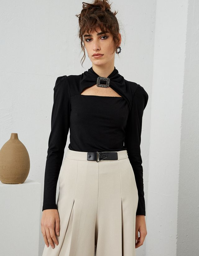 TOP WITH BEJEWELED BUCKLE