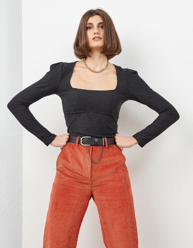 TOP WITH VOLUME ON THE SHOULDERS